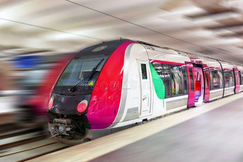 Tren de pasajeros rápido moderno. Efecto del movimiento fotografía de archivo