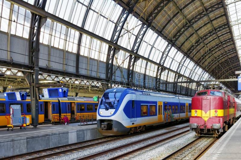 Tren de pasajeros rápido moderno   en la estación. foto de archivo libre de regalías