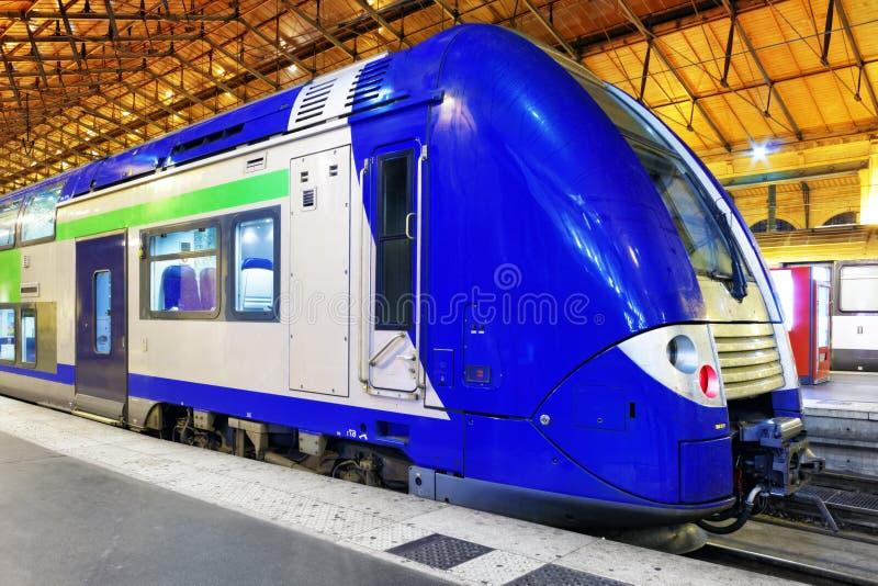 Tren de pasajeros rápido moderno   en la estación. fotos de archivo