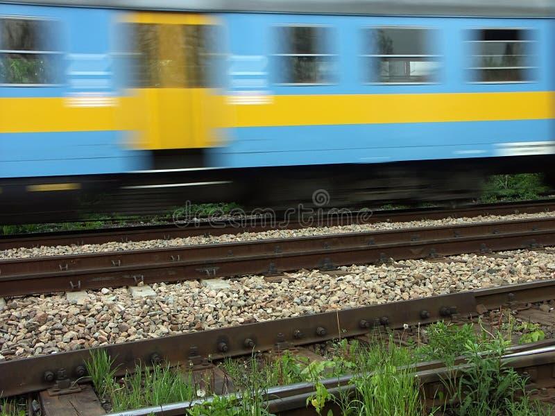 Tren de pasajeros suburbano en el movimiento foto de archivo