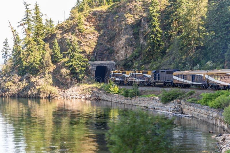 Tren de Rocky Mountaineer que viaja a través de Rocky Mountains imagen de archivo libre de regalías