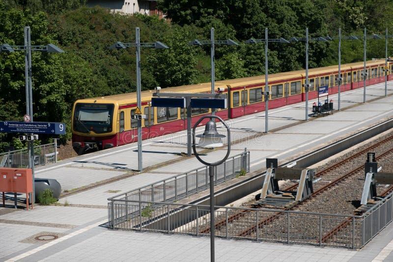 Tren de S-Bahn en la estación de tren terminal Olympiastadion olímpico imágenes de archivo libres de regalías