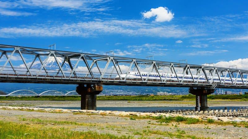 Tren de Shinkansen con el mt Opinión de Mt fotos de archivo