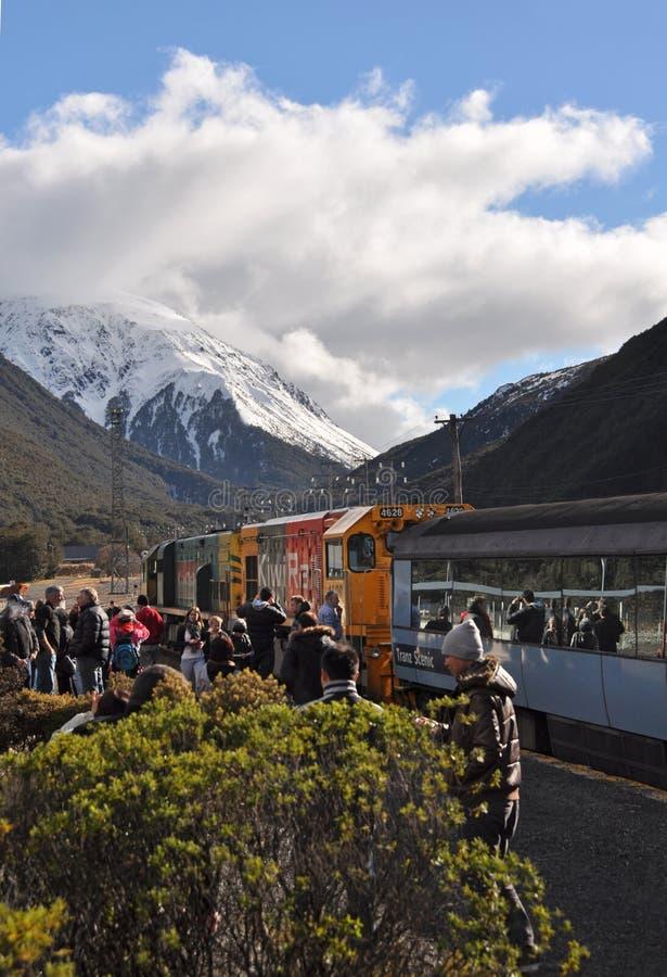 Tren de TranzAlpine, paso de Arthurs, Nueva Zelandia imagenes de archivo
