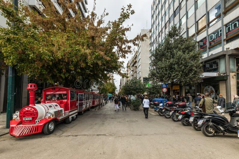 Tren de visita turístico de excursión para los turistas parqueados en la calle de Ermoy en Atenas, Grecia foto de archivo libre de regalías