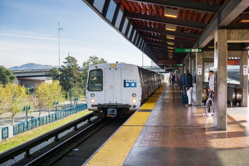 Tren del BARONET que llega la parada del coliseo fotografía de archivo