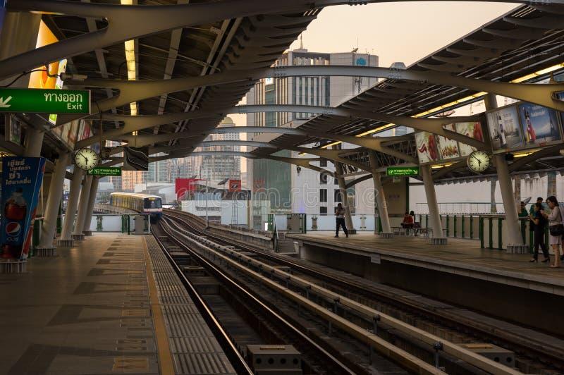 Tren del BTS que llega la estación imagen de archivo