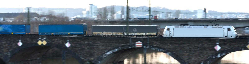 Tren del cargo que apresura en un puente imagen de archivo