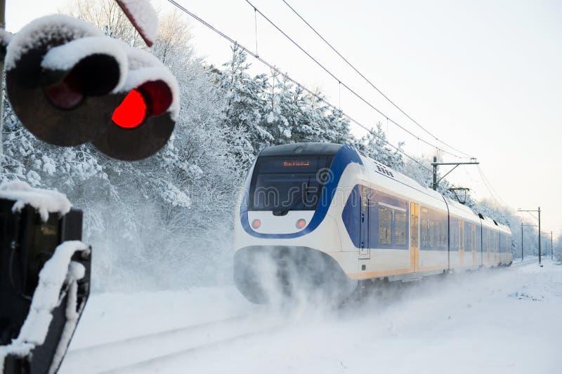 Tren del holandés en nieve fotos de archivo