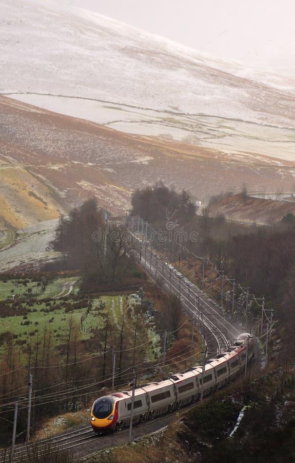 Tren del invierno, línea de la costa oeste fotos de archivo