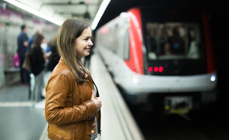 Tren del metro de la muchacha que espera para foto de archivo