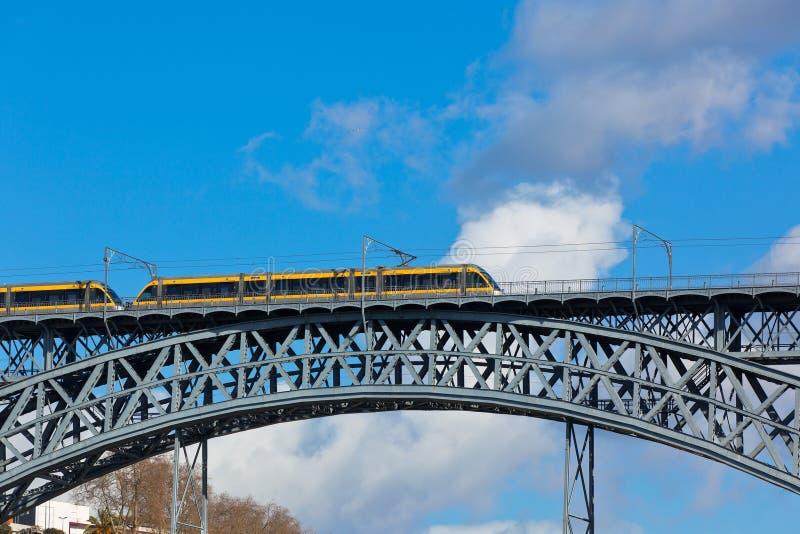 Tren del metro en el puente de Dom Luiz en Oporto foto de archivo libre de regalías