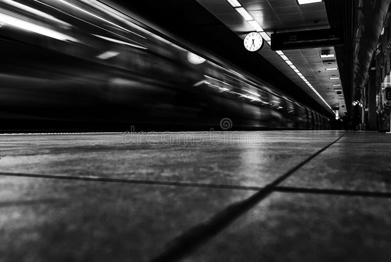 Tren del metro que pasa cerca en la estación de metro fotos de archivo