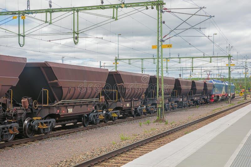 Tren del mineral de hierro listo para dejar la estación de Kiruna foto de archivo libre de regalías