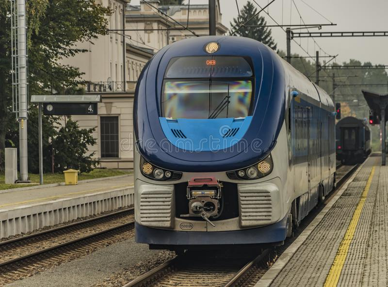 Tren del motor diesel en la ciudad de Marianske Lazne fotografía de archivo