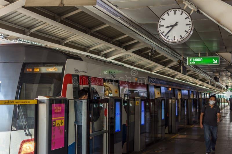 Tren del skytrain del BTS con el reloj en la estación imágenes de archivo libres de regalías