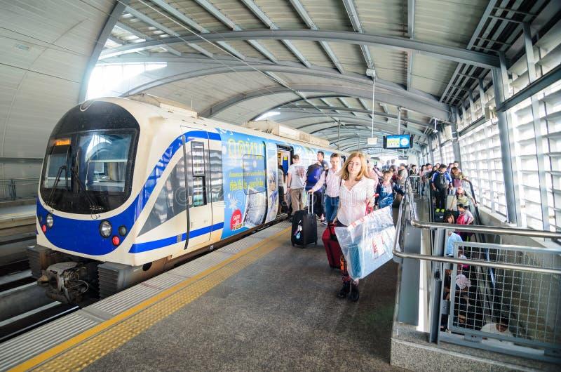 Tren del vínculo del aeropuerto en una estación en Bangkok imagenes de archivo