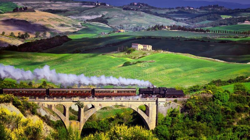 Tren del vapor de la naturaleza de Toscana en tiempo de primavera en el festival de vino imagen de archivo
