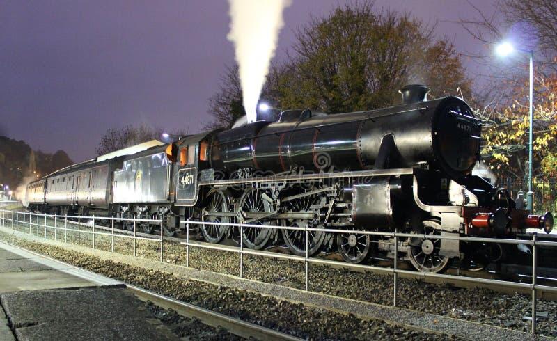 Tren del vapor del negro cinco en la noche en la estación del baño foto de archivo libre de regalías
