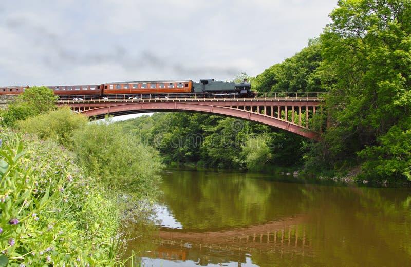 Tren del vapor en el puente fotografía de archivo