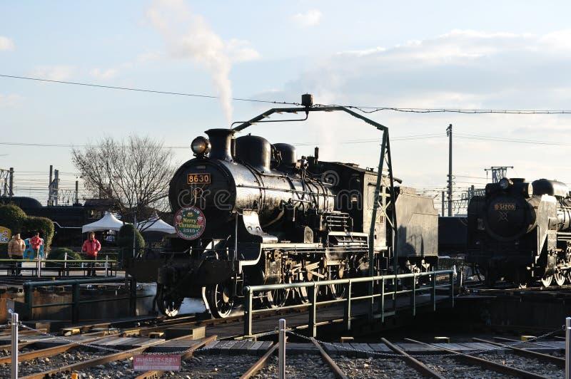 Tren del vapor en pistas de la placa giratoria foto de archivo