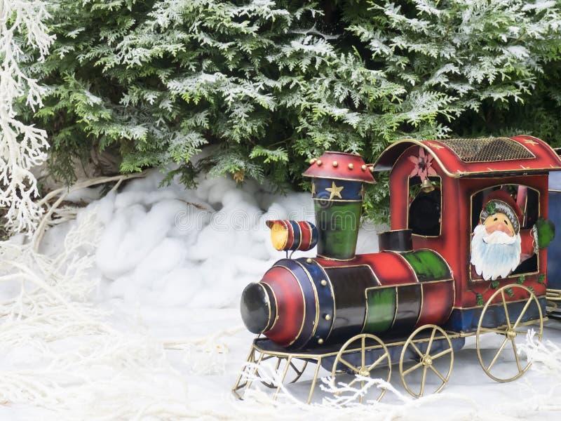 Tren del vapor del juguete de la Navidad en el bosque del invierno fotografía de archivo