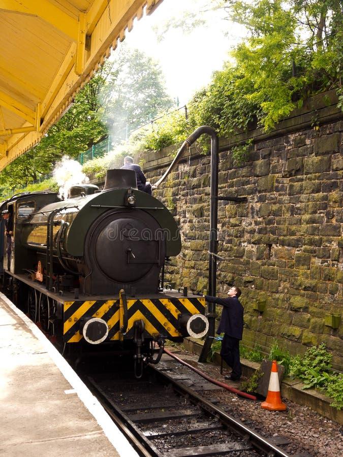 Tren del vapor que llega imagen de archivo