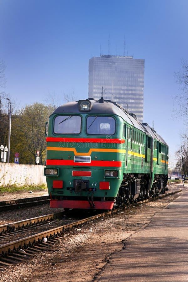 Tren diesel en el centro de Riga fotografía de archivo