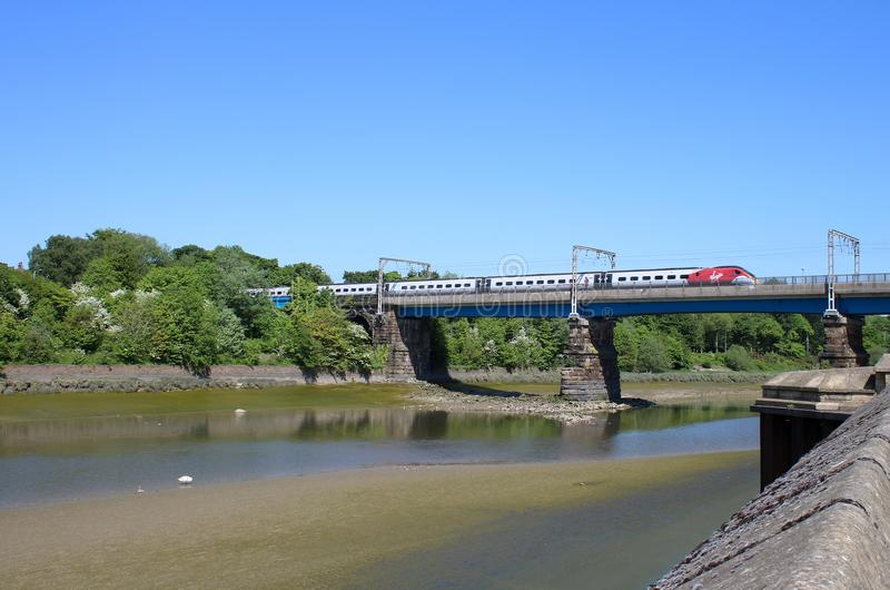 Tren eléctrico Carlisle Bridge de Pendolino de la Virgen imagen de archivo