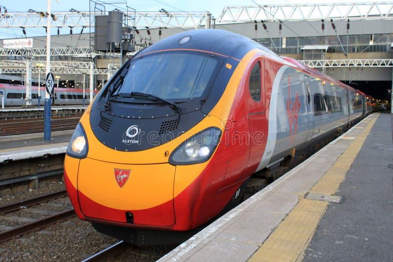 Tren eléctrico de Pendolino en la estación de Londres Euston imagen de archivo libre de regalías