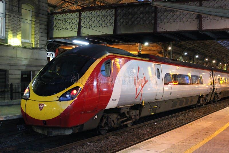 Tren eléctrico del pendolino de la Virgen en la estación de Preston imagenes de archivo