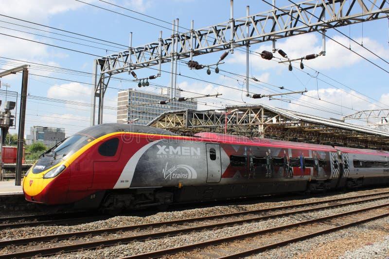 tren eléctrico del pendolino de los X-hombres en la estación de Crewe imagen de archivo