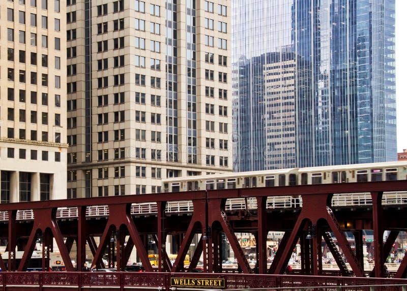 Tren elevado de mudanza del EL, pieza del sistema de transporte icónico del ` s de Chicago imagen de archivo