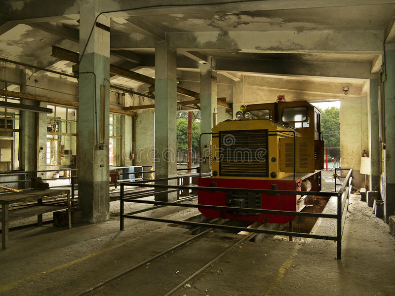 Tren en el depósito viejo del servicio foto de archivo libre de regalías