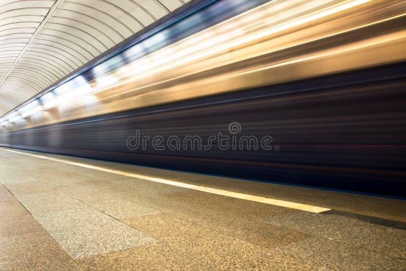 tren en el movimiento que llega la estación foto de archivo