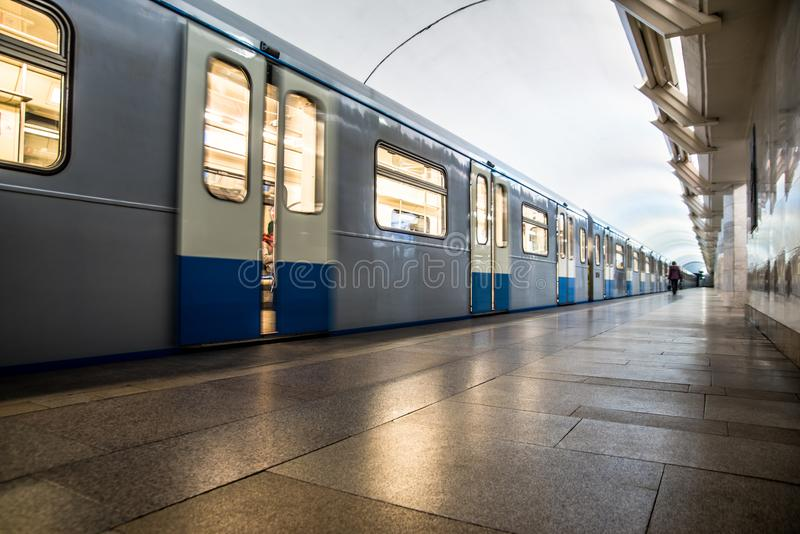 tren en el movimiento que llega la estación imagen de archivo libre de regalías