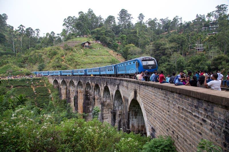 Tren en el puente de nueve arcos en Demodara, Sri Lanka imagen de archivo
