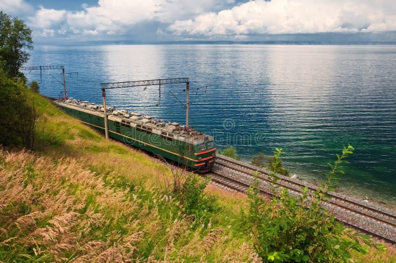Tren en ferrocarril del transporte Baikal fotos de archivo libres de regalías