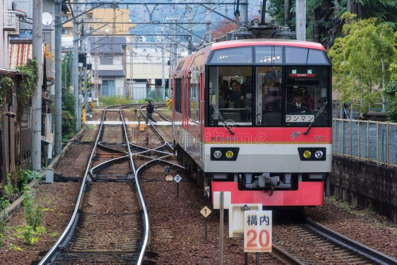Tren en Kyoto approching la estación fotografía de archivo