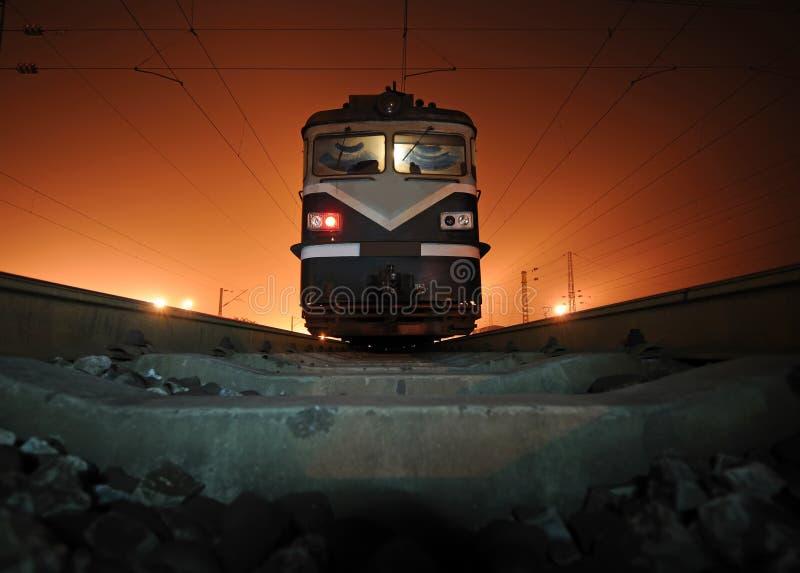 Tren en la noche imágenes de archivo libres de regalías