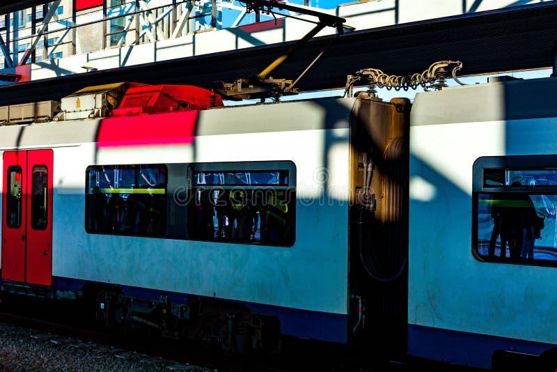 Tren en los pasajeros que esperan de la estación para Tren eléctrico con los pasajeros Imagen conceptual del viaje y del turismo imagenes de archivo