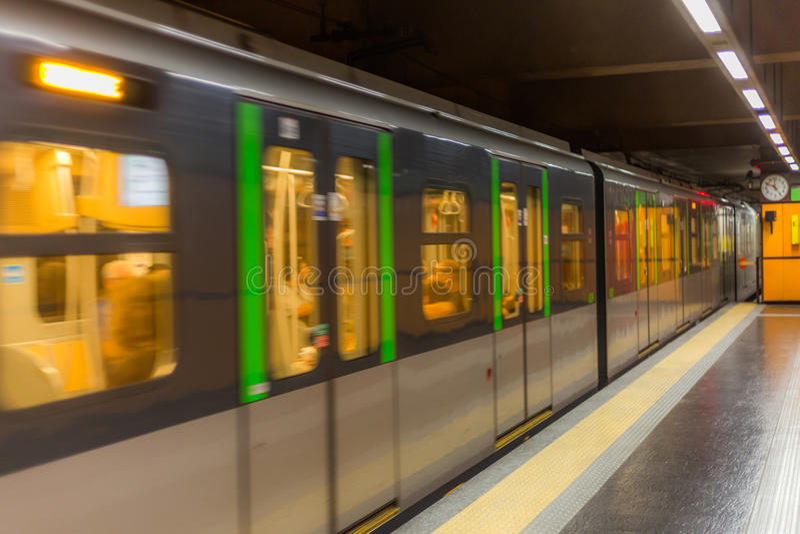 Tren en Milano foto de archivo