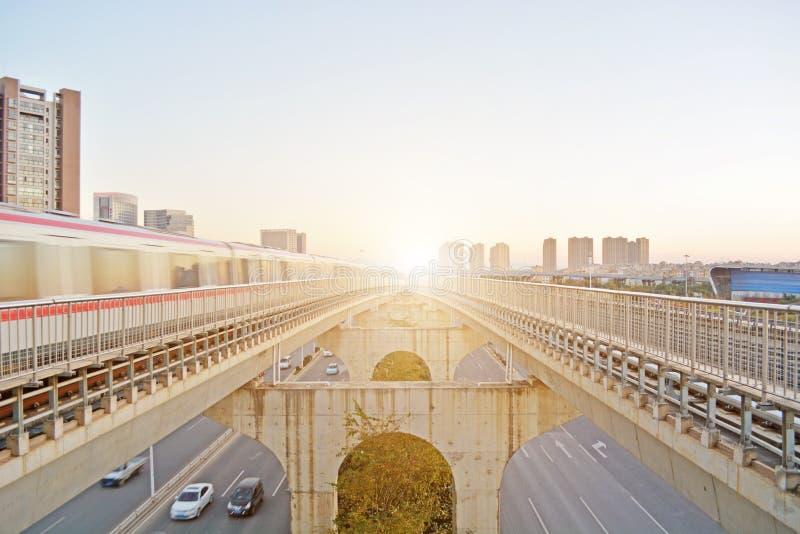 Tren en paisaje urbano fotos de archivo libres de regalías