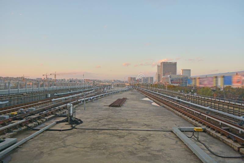 Tren en paisaje urbano foto de archivo libre de regalías