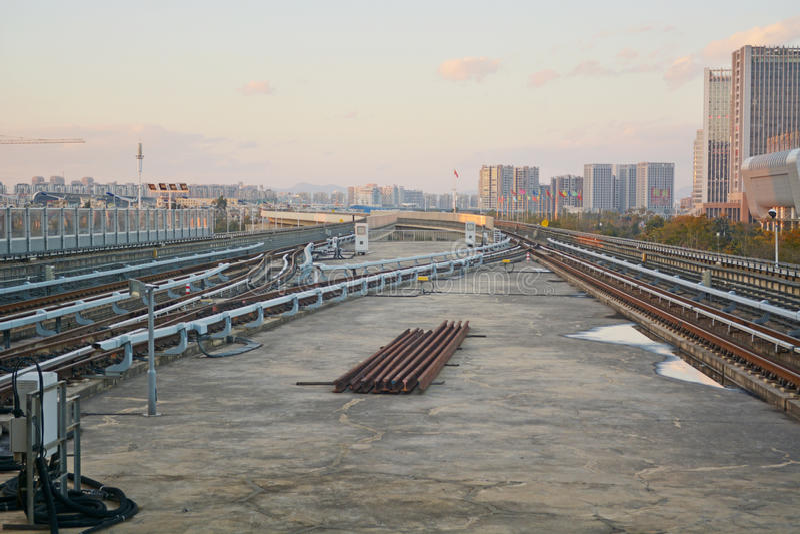 Tren en paisaje urbano foto de archivo