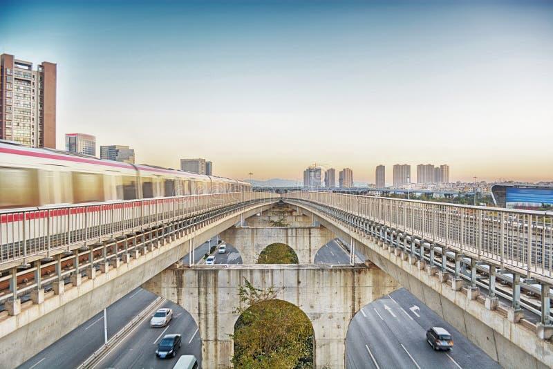 Tren en paisaje urbano imagenes de archivo