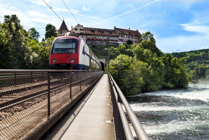 Tren en un puente sobre el río fotografía de archivo libre de regalías