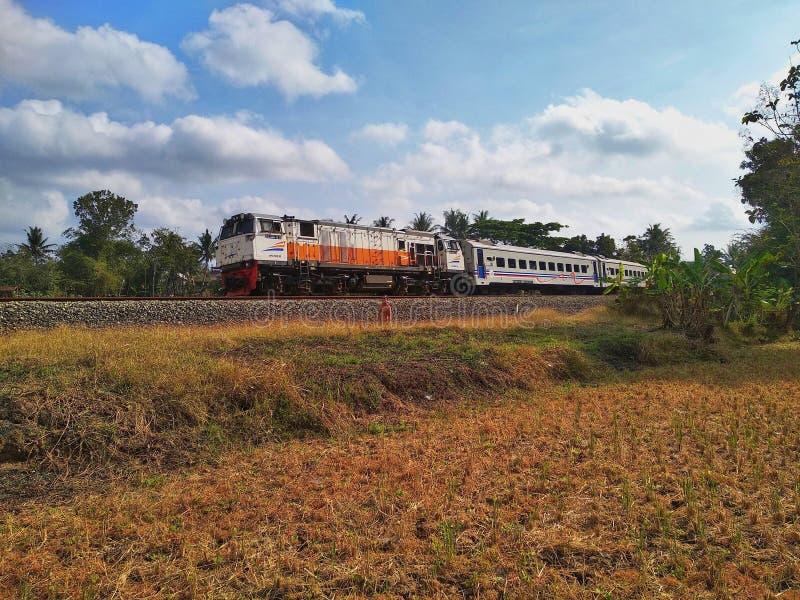 Tren expreso de Solo a Bandung pasando el área de Sentolo foto de archivo