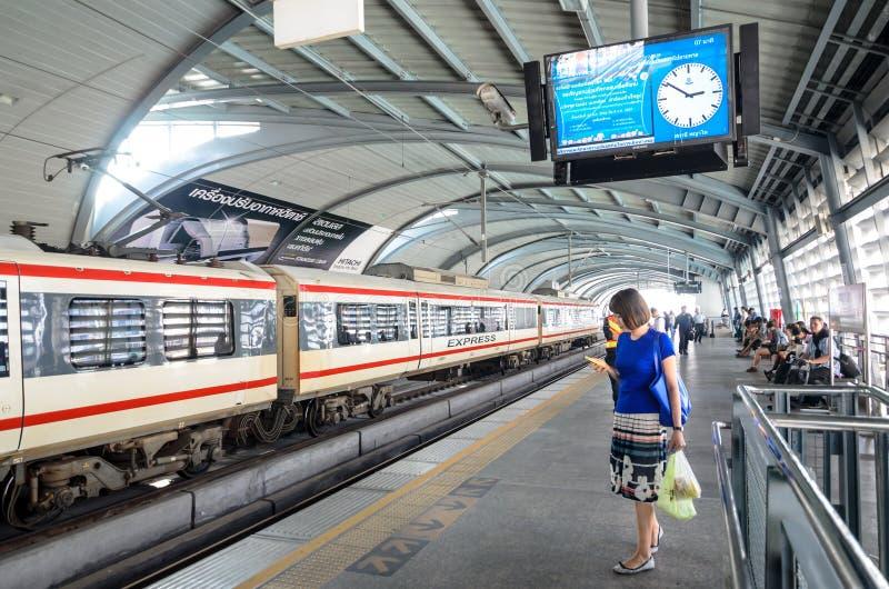 Tren expreso del vínculo del aeropuerto en una estación en Bangkok fotos de archivo libres de regalías