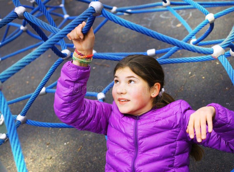 Tren hermoso de la muchacha del preadolescente en terreno de entrenamiento al aire libre del gimnasio imagen de archivo libre de regalías